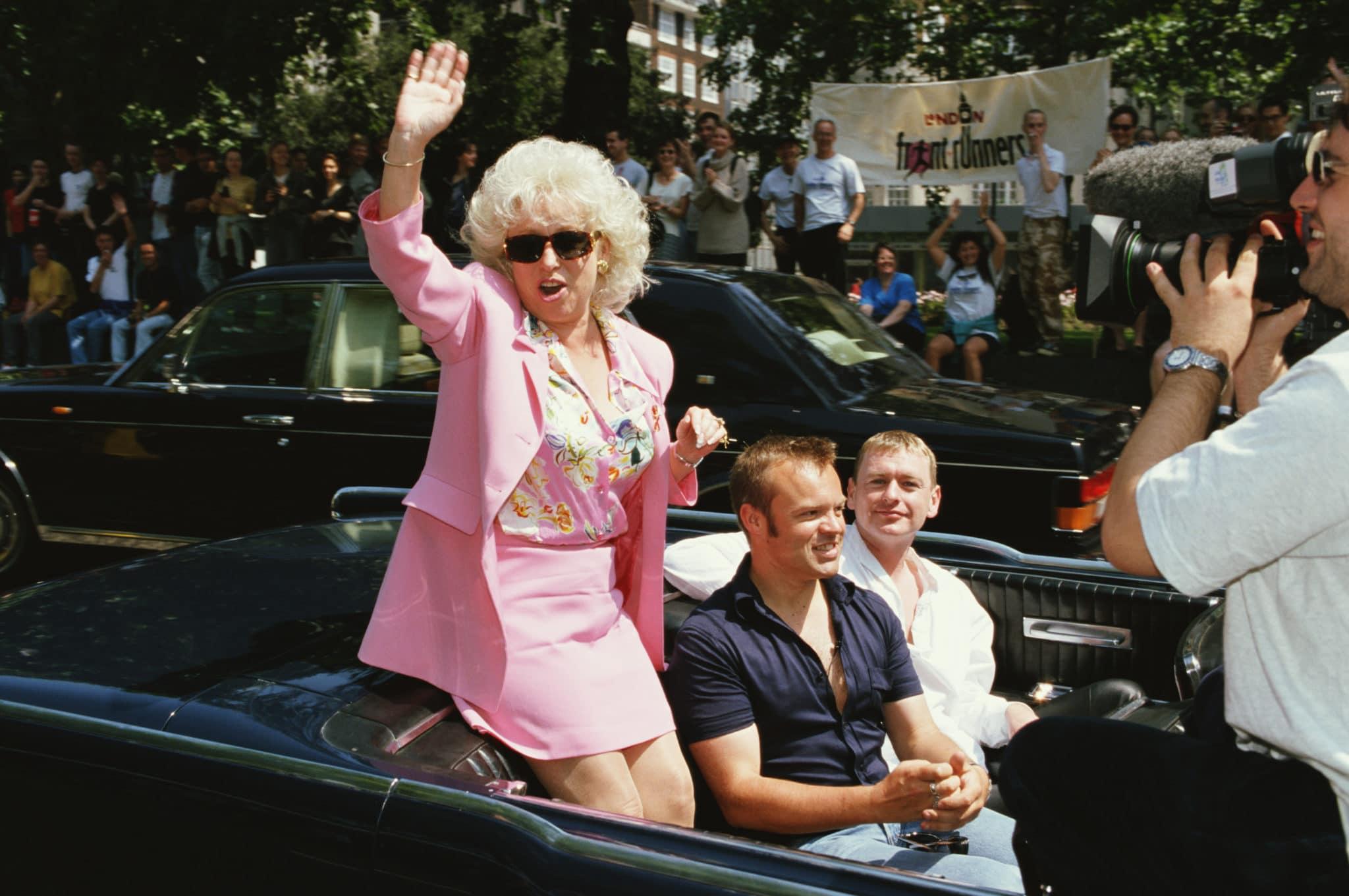 Barbara Windsor partage une voiture avec Graham Norton à la London Pride, 1997