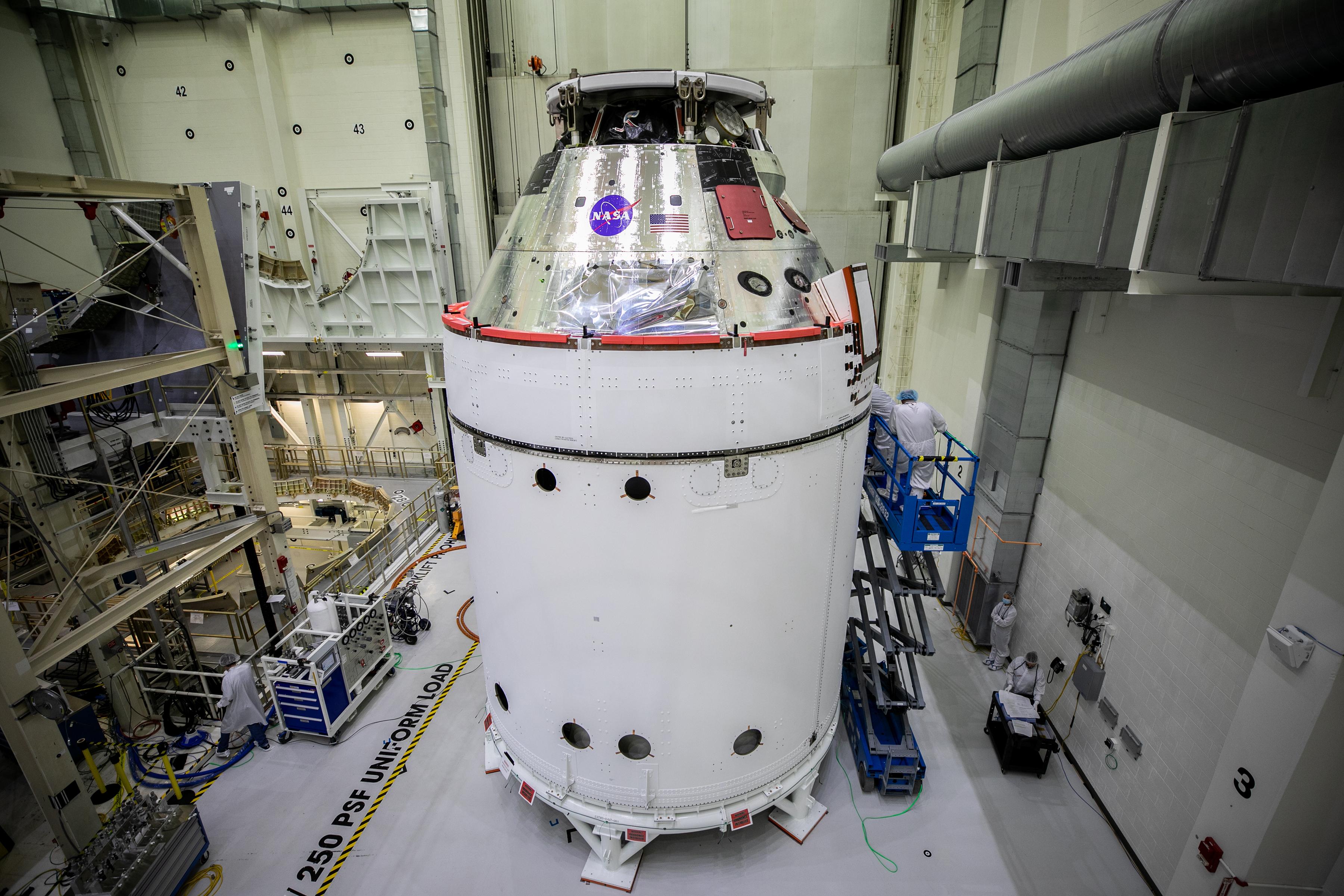 Le vaisseau spatial Orion pour la mission Artemis I de la NASA est en vue à l'intérieur du bâtiment Neil Armstrong Operations and Checkout Building le 28 octobre. Attachés sous Orion se trouvent l'adaptateur de module d'équipage et le module de service européen avec des carénages de largage d'adaptateur de vaisseau spatial installés.