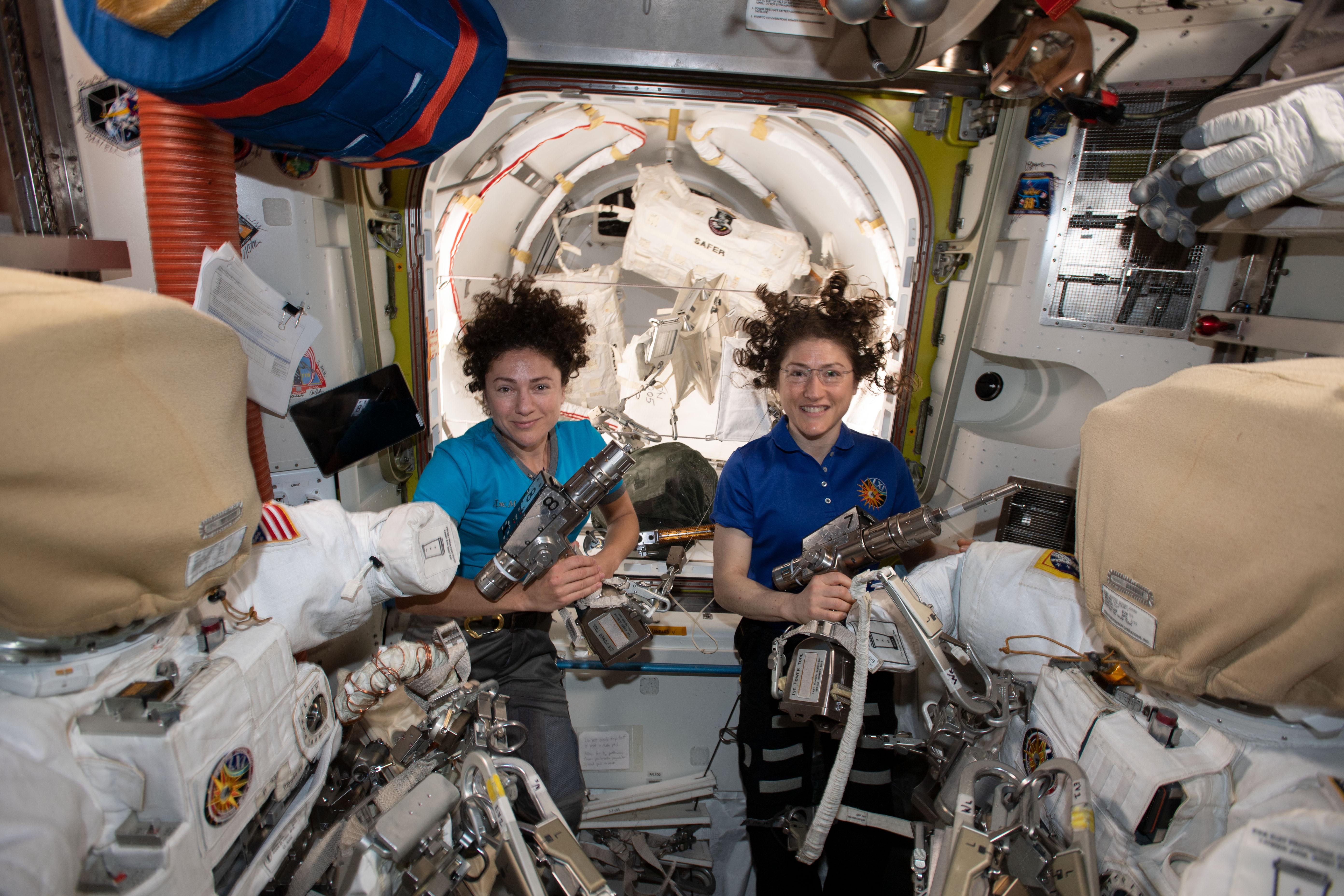 Les astronautes de la NASA Jessica Meir et Christina Koch vus sur la Station spatiale internationale.
