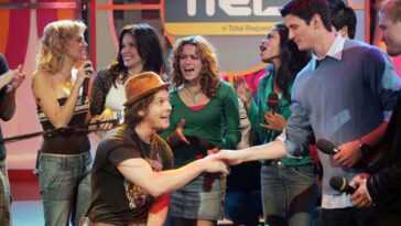 (L-R) Hilarie Burton, Sophia Bush, Gavin DeGraw, Bethany Joy Lenz, and James Lafferty appear on stage at TRL