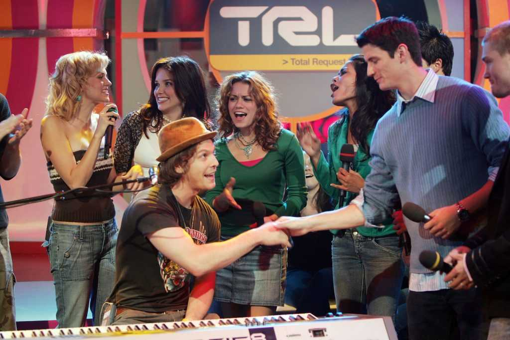 (LR) Hilarie Burton, Sophia Bush, Gavin DeGraw, Bethany Joy Lenz et James Lafferty apparaissent sur scène à TRL