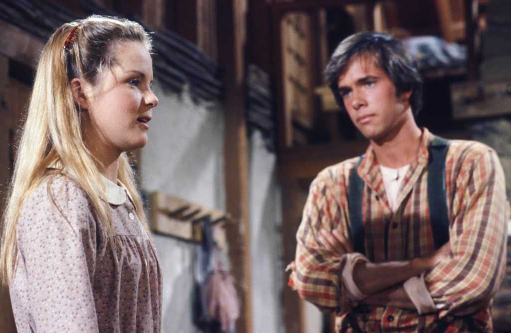 Melisssa Sue Anderson comme Mary Ingalls Kendall, Robert Kenneally comme Seth Barton dans 'Little House on the Prairie'