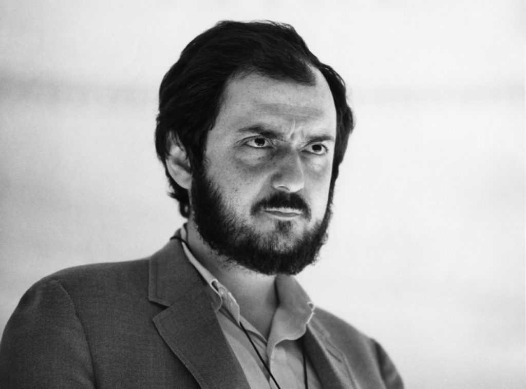 Stanley Kubrick regarde pendant un tournage