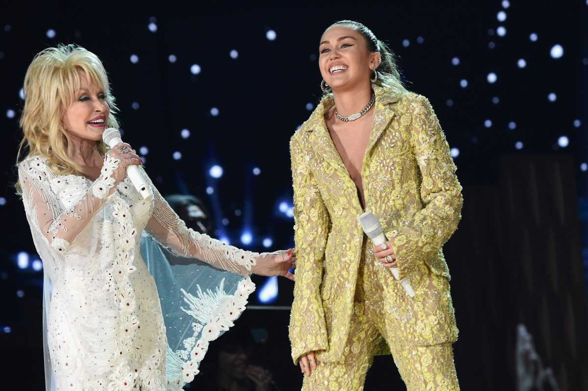 Dolly Parton (L) et Miley Cyrus se produisent sur scène lors de la 61e cérémonie des GRAMMY Awards le 10 février 2019 à Los Angeles, Californie.