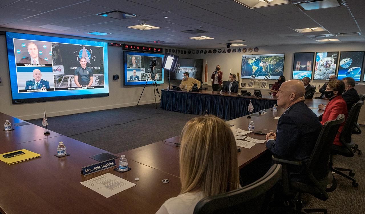 Le général Jay Raymond, chef des opérations spatiales de l'US Space Force (à droite et à l'écran) se joint à l'administrateur de la NASA Jim Bridenstine (à l'écran) pour jurer le colonel Michael Hopkins dans la Force spatiale lors d'une cérémonie tenue au siège de la NASA à Washington, DC et à bord de la Station spatiale internationale le vendredi 18 décembre 2020.