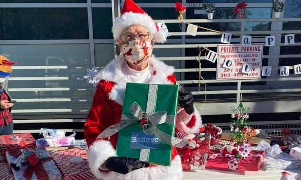 `` Queer Santa '', 77 Ans, Distribue Des Cadeaux De