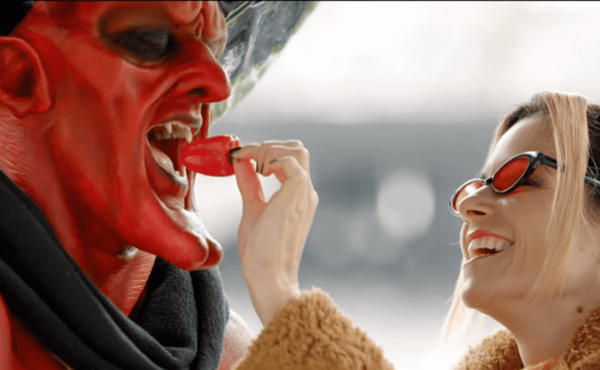 Ryan Reynolds produit une publicité dans laquelle Satan tombe amoureux de 2020