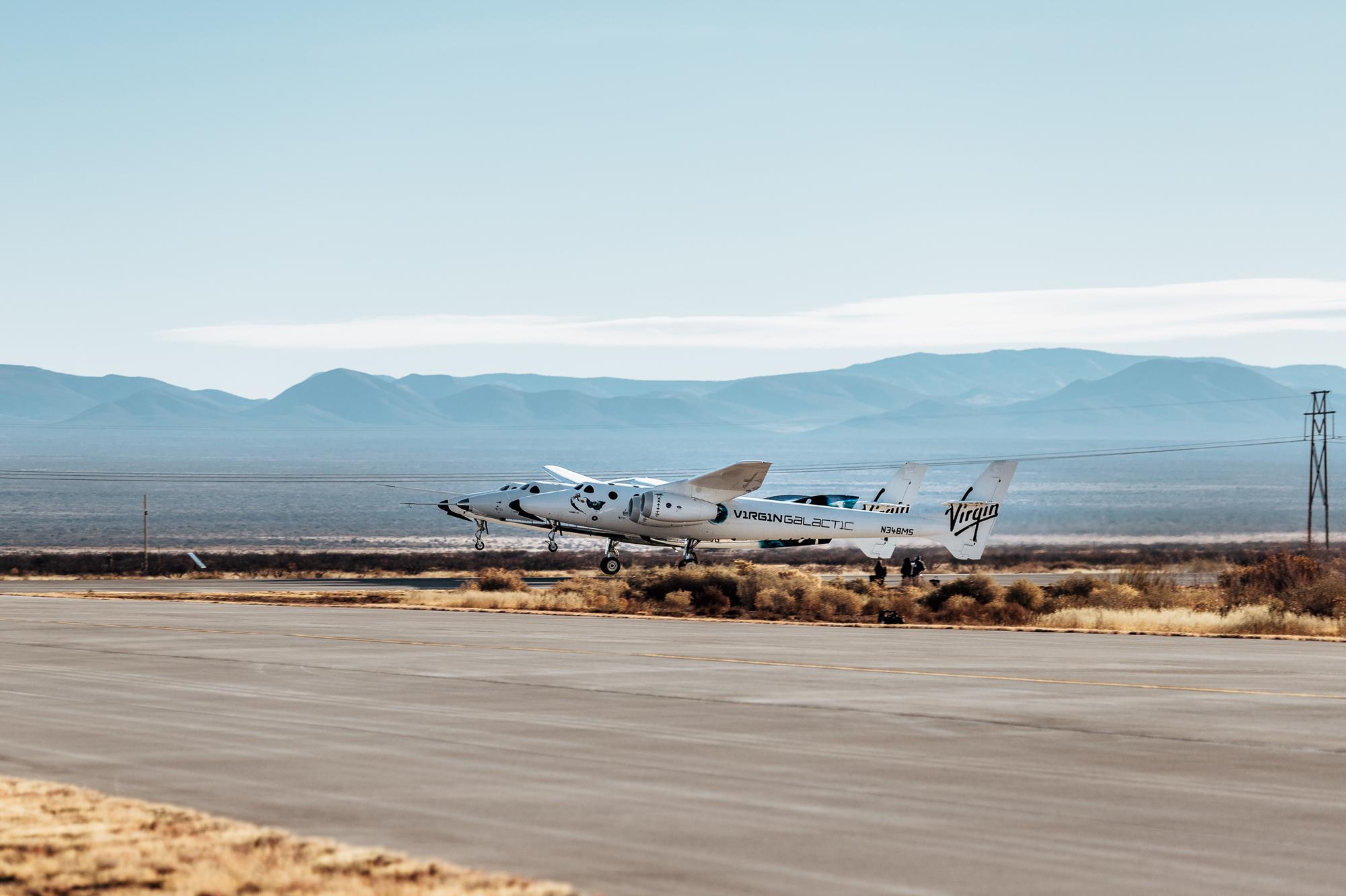L'avion spatial VSS Unity de Virgin Galactic décolle de Spaceport America au Nouveau-Mexique sous les ailes de son avion porteur, VMS Eve, le 12 décembre 2020.