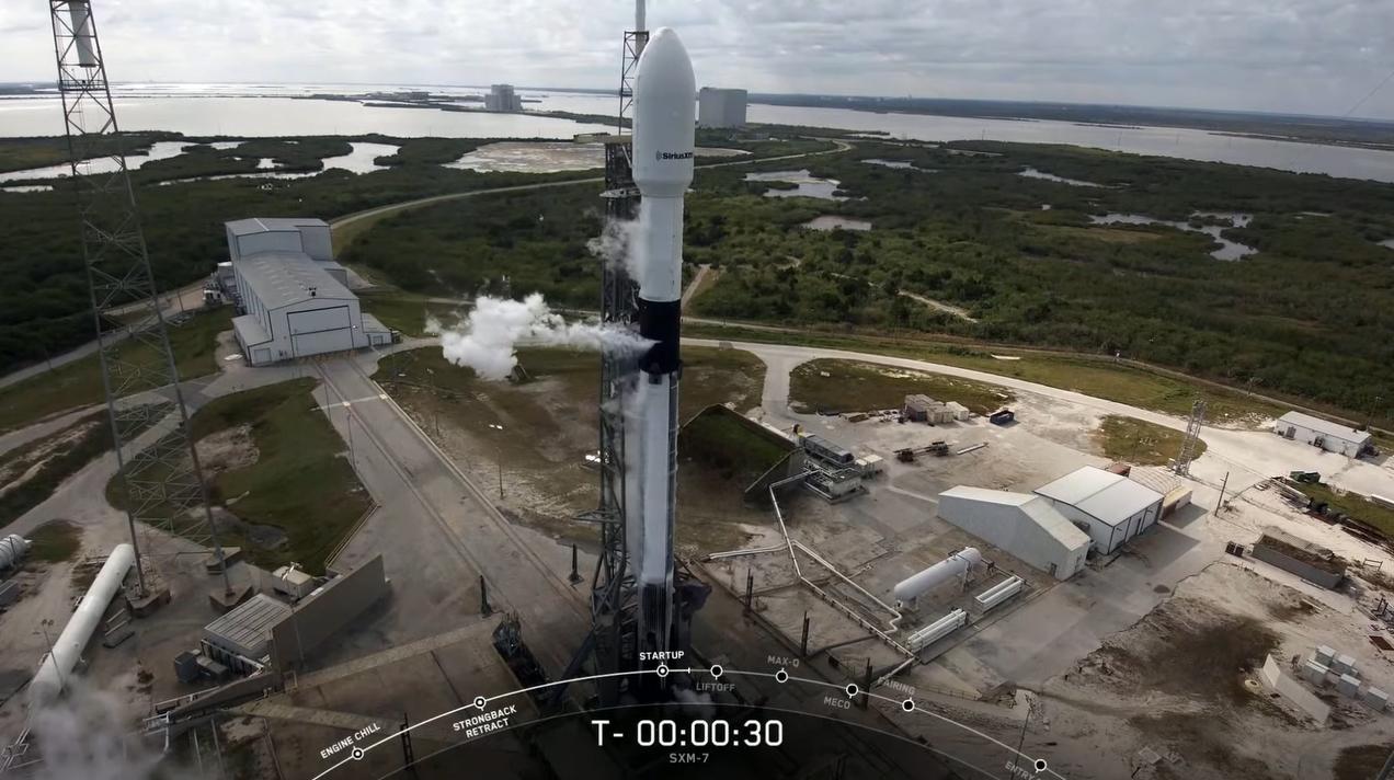 Une fusée SpaceX Falcon 9 transportant le satellite Sirius XM SXM-7 est vue au sommet du complexe de lancement spatial 40 de la station spatiale de Cap Canaveral en Floride après un retard de lancement le 11 décembre 2020.