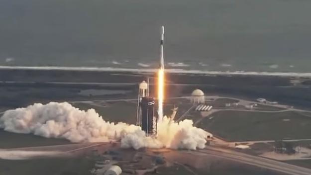 Une fusée SpaceX Falcon 9 lance le satellite espion classé NROL-108 en orbite depuis le Pad 39A du centre spatial Kennedy de la NASA à Cap Canaveral, en Floride, le 19 décembre 2020.