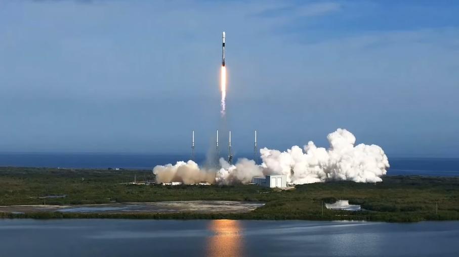 Une fusée SpaceX Falcon 9 lance le satellite Sirius XM SMX-7 en orbite depuis le complexe de lancement spatial 40 de la station de la Force spatiale de Cap Canaveral le 13 décembre 2020.