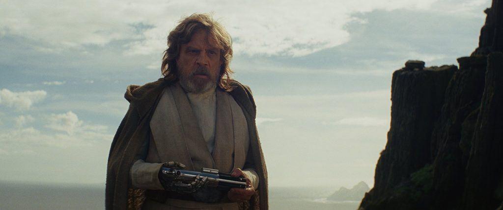 Luke Skywalker dans 'Star Wars: The Last Jedi' tenant un sabre laser