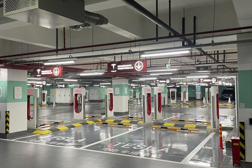 Tesla vient d'ouvrir sa plus grande station de suralimentation à ce jour: 72 points de recharge à Shanghai