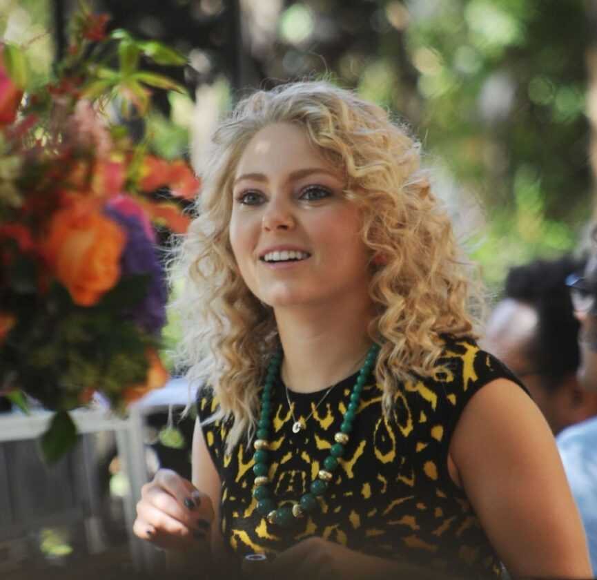 AnnaSophia Robb as Carrie Bradshaw smiling, looking off camera