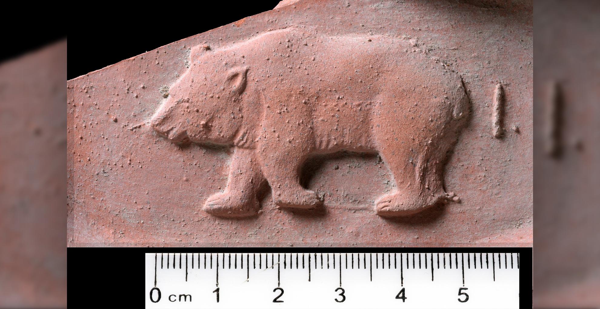 Une tuile avec un cachet d'ours trouvée à Jaffa.