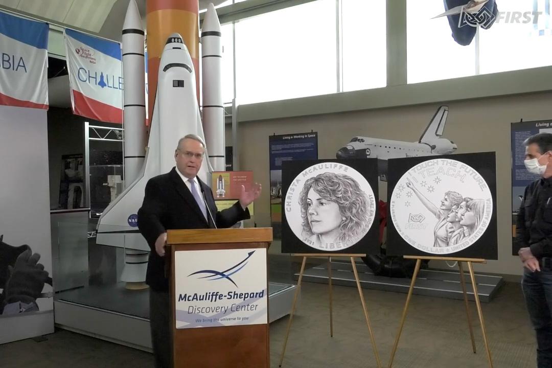 """Steven McAuliffe (à gauche), juge du tribunal de district américain et veuf du premier de la NASA """"Enseignant dans l'espace,"""" en collaboration avec le fondateur de FIRST, Dean Kamen, dévoilent l'art du Christa McAuliffe Silver Dollar au Shepard-McAuliffe Discovery Center dans le New Hampshire."""