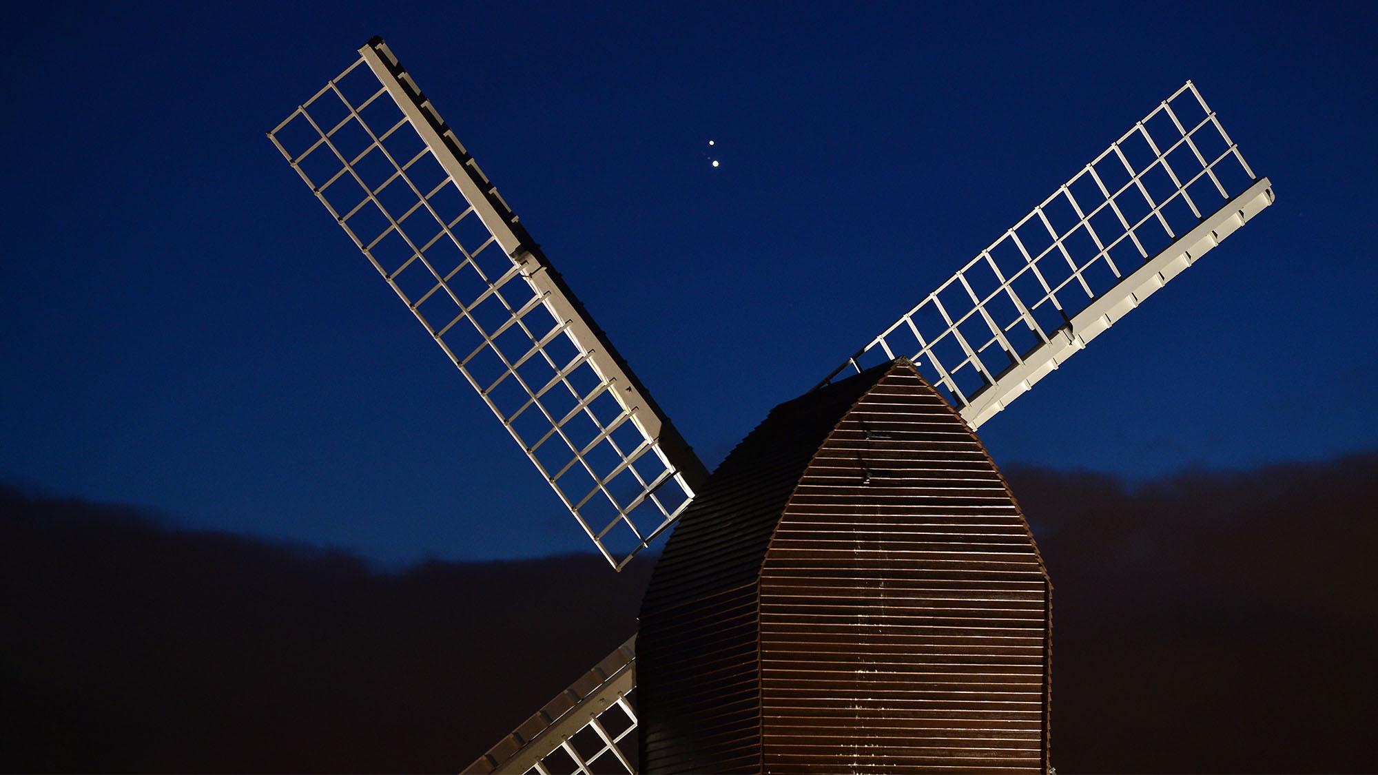 Jupiter et Saturne convergent au-dessus d'un moulin à vent à Brill, en Angleterre, pendant la