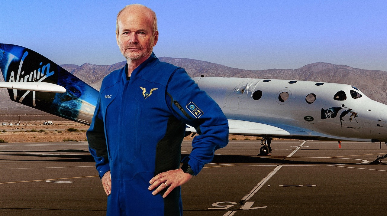 Le pilote en chef de Virgin Galactic, Dave Mackay, modélise sa nouvelle combinaison spatiale devant l'avion spatial VSS Unity de la société.