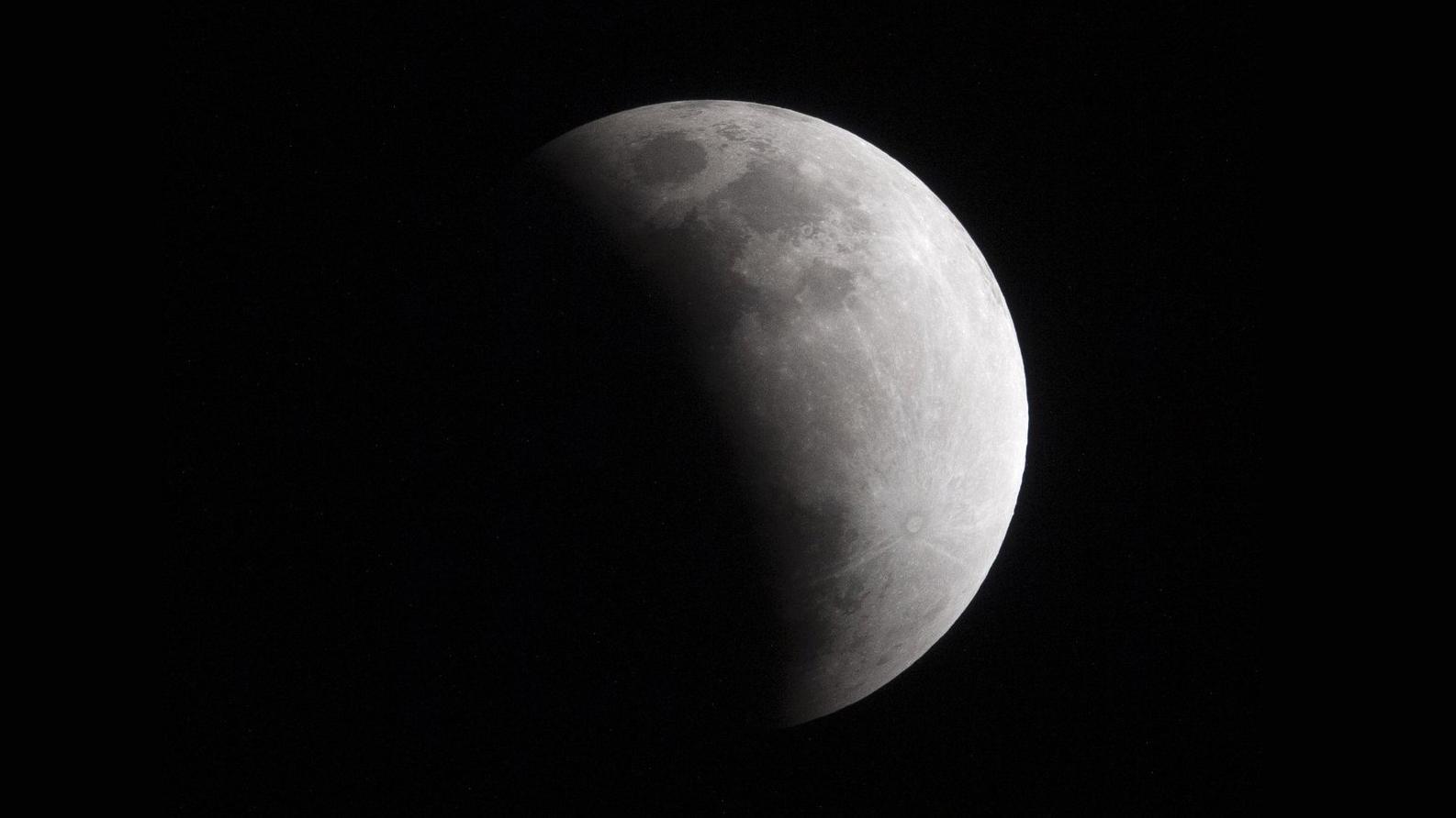 L'astronaute de la NASA Christina Koch a capturé cette photo de l'éclipse lunaire partielle des 16 et 17 juillet 2019 depuis la Station spatiale internationale.