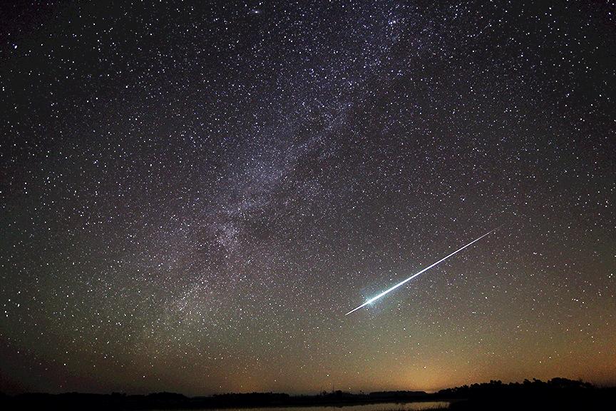 Le mois de décembre est généralement marqué par une série de pluies de météores.  Les météores géminides (comme celui que l'on voit sur cette photo de Floride) illuminent le ciel au début du mois, tandis que les Ursides - qui culminent ce soir (22 décembre) - font un spectacle juste avant Noël.