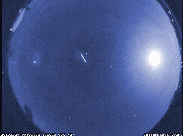 Image en fausses couleurs d'un rare Quadrantid précoce, capturé par une caméra météore de la NASA en 2010.