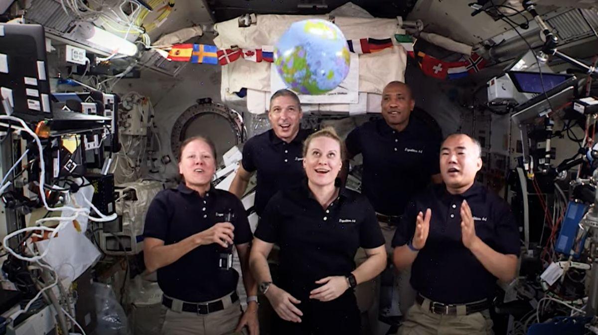 Les Astronautes Sonnent Le Nouvel An Depuis L'espace Avec Une