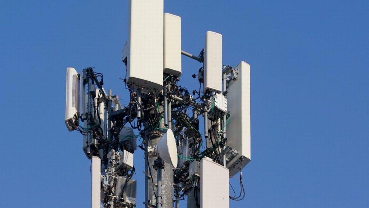 Image d'antennes 5G attaquées par de fausses nouvelles en relation avec le coronavirus