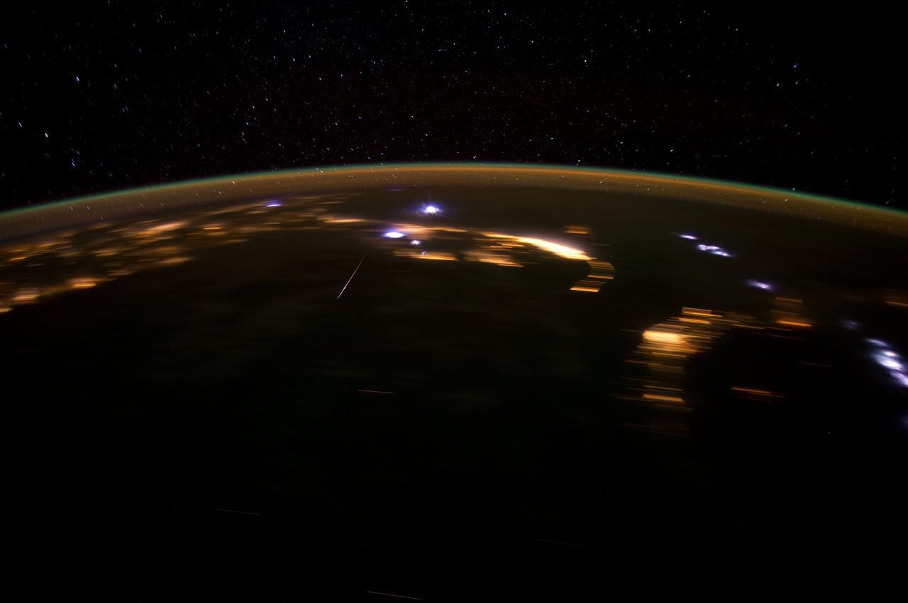 Un météore Lyrid capturé par un membre d'équipage de l'Expédition 30 à bord de la Station spatiale internationale le 22 avril 2012.