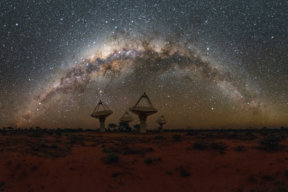 Le télescope ASKAP ressemble à un groupe de grandes antennes paraboliques pointées vers le ciel nocturne.