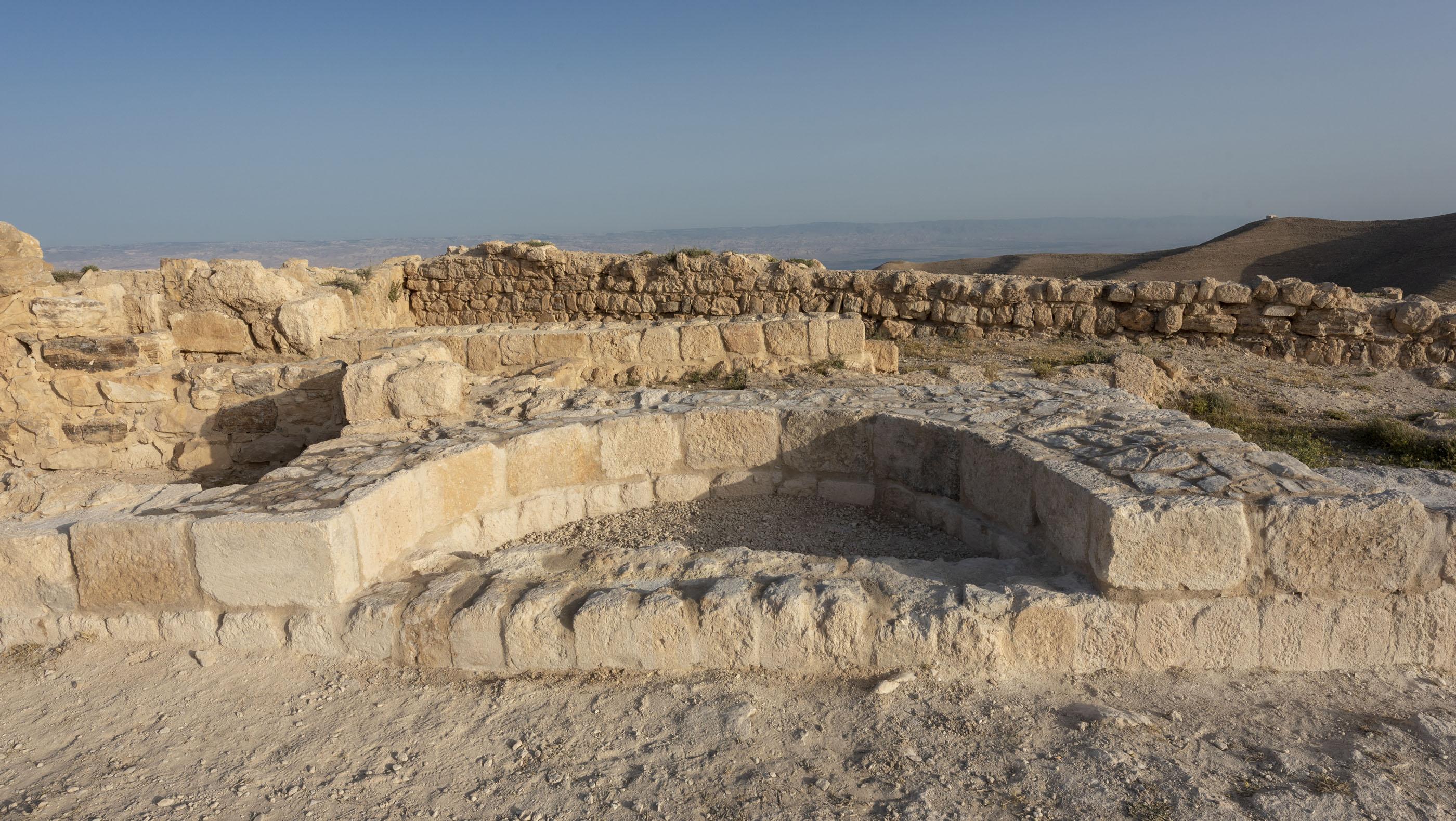 Les archéologues pensent que cette niche représente les restes du trône d'Hérode Antipas.  De là, la décision d'exécuter Jean-Baptiste peut avoir été prise.