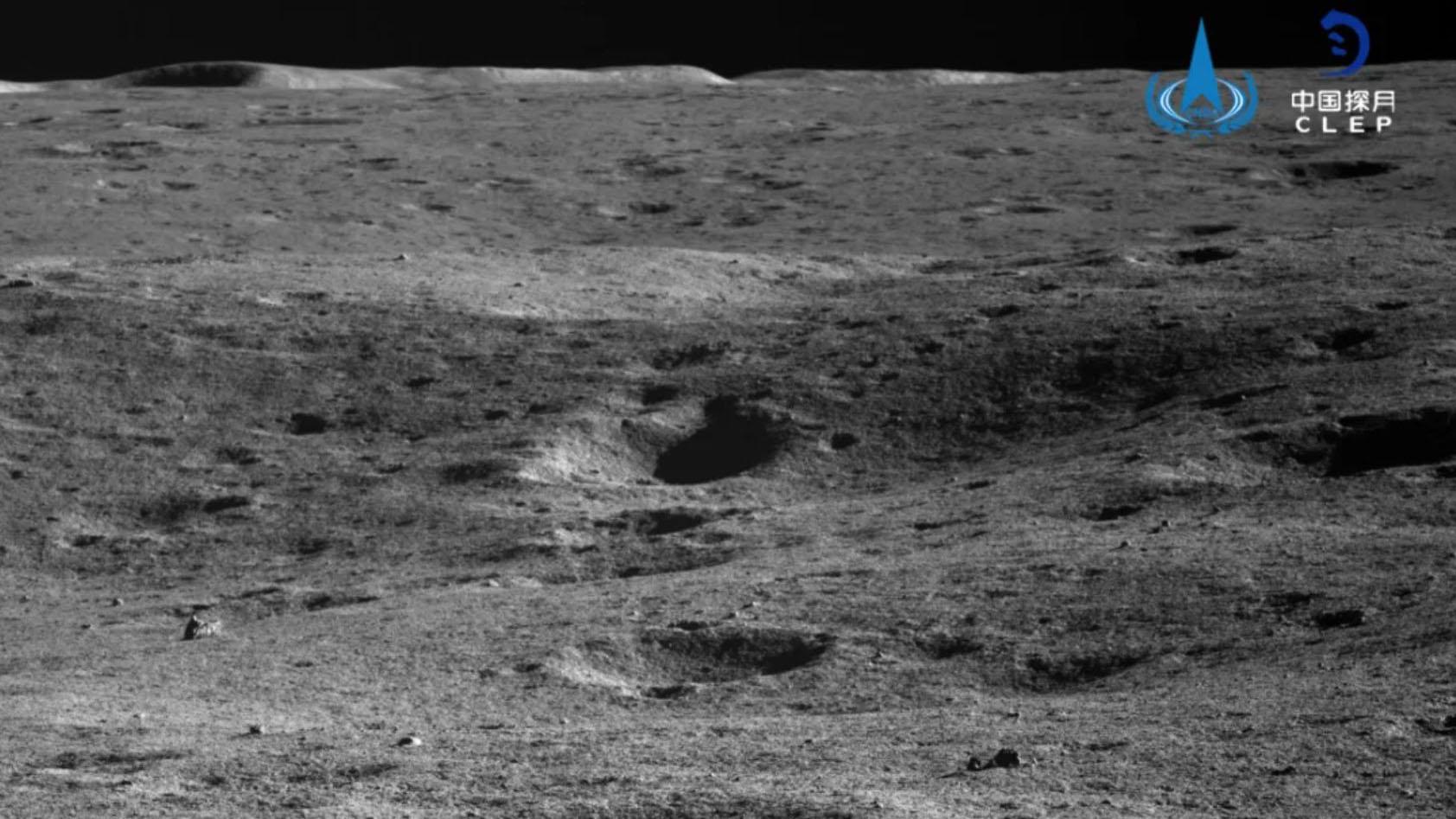 Une image du cratère Von Kármán prise par le PCAM de Yutu 2 en novembre 2020.