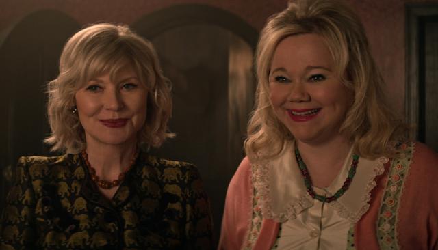 """Beth Broderick et Caroline Rhea sont apparues dans la dernière saison de """"Sabrina"""