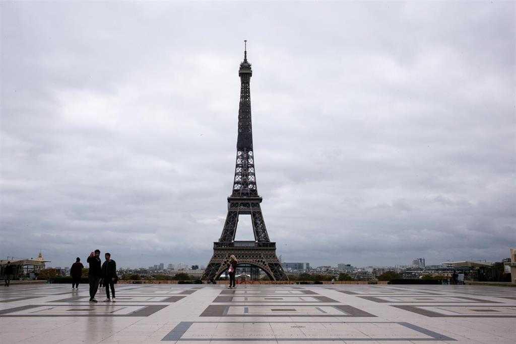 La France étend à Nouveau Les Restrictions Au Milieu De