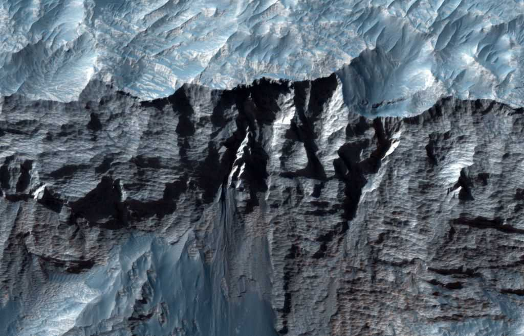 Le Plus Grand Canyon Du Système Solaire Révélé Dans De