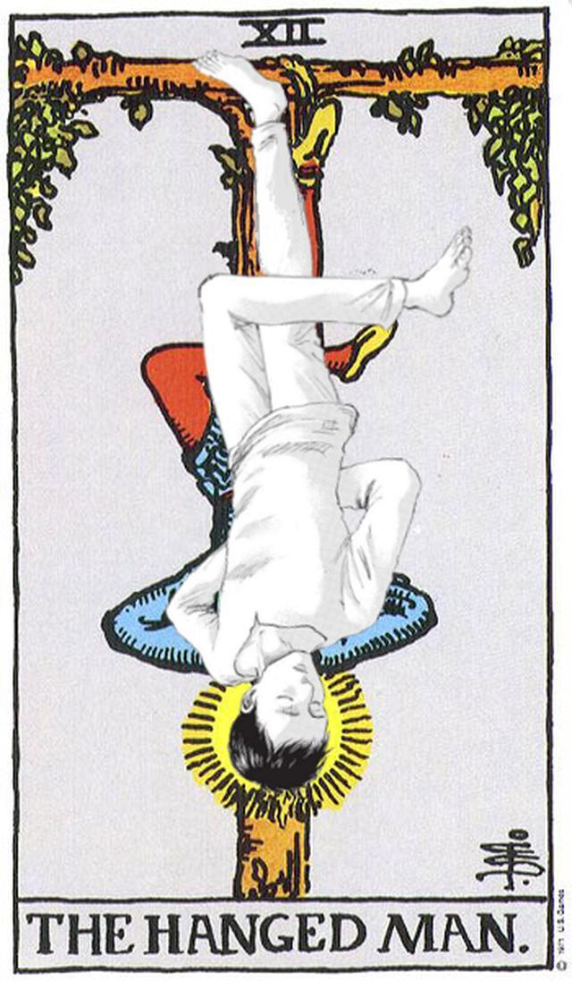 """Comparaison de la position de Bertholdt et de la carte de tarot """"The Hanged Man"""" (Photo: Reddit)"""