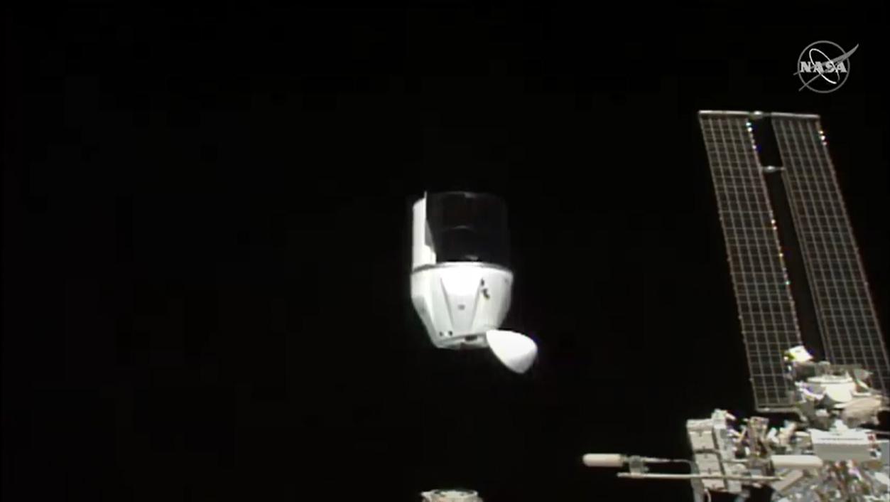 Un vaisseau spatial SpaceX CRS-21 Cargo Dragon effectue le premier désamarrage automatisé d'un navire de ravitaillement américain de la Station spatiale internationale le 12 janvier 2020.