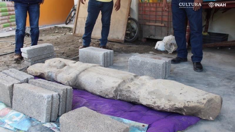 La statue de calcaire mesure 2 mètres de long.