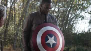 Costume possible qu'Anthony Mackie portera alors que Falcon fuit