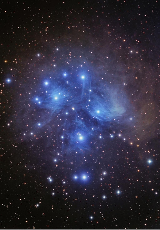 L'amas d'étoiles des Pléiades (M45) est un groupe de 800 étoiles formé il y a environ 100 millions d'années.  L'amas est situé à 410 années-lumière de la Terre dans la constellation du Taureau.