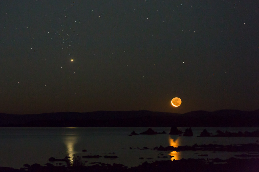 L'amas de la ruche scintille dans le ciel du soir alors que le croissant de lune se lève avec Jupiter et plusieurs de ses lunes le 23 août 2014, sur cette photo de Jeff Sullivan.