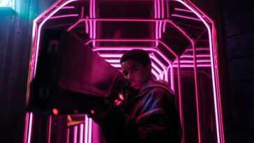 `` Kin '': Netflix sauve un morceau singulier de science-fiction juvénile et nostalgique de l'un des producteurs de `` Stranger Things ''
