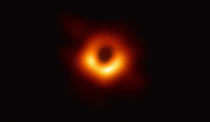 La toute première image directe d'un trou noir, avec un anneau jaune entourant un cercle noir