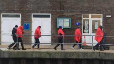 La Police Britannique Des Frontières Retient Deux Bateaux Avec 36