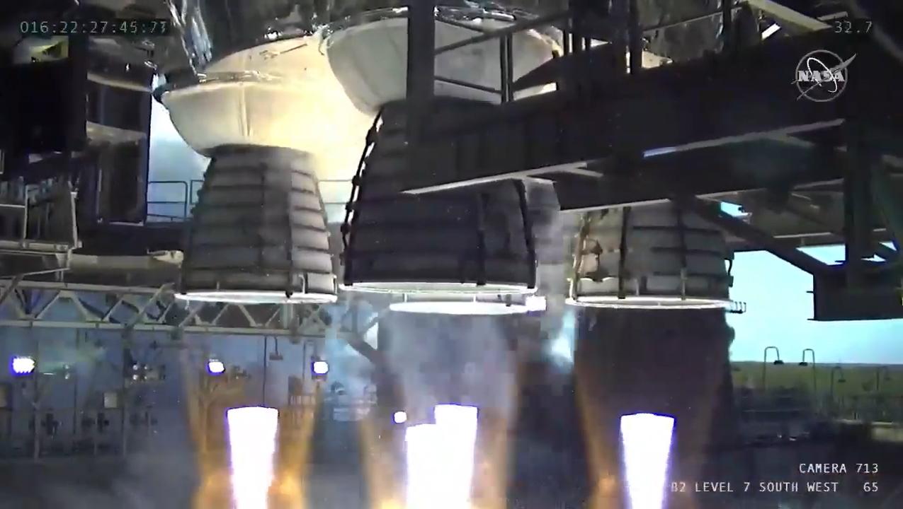 Une vue rapprochée des quatre moteurs RS-25 du premier booster de base du système de lancement spatial de la NASA lors d'un test de tir à chaud le 16 janvier 2020.