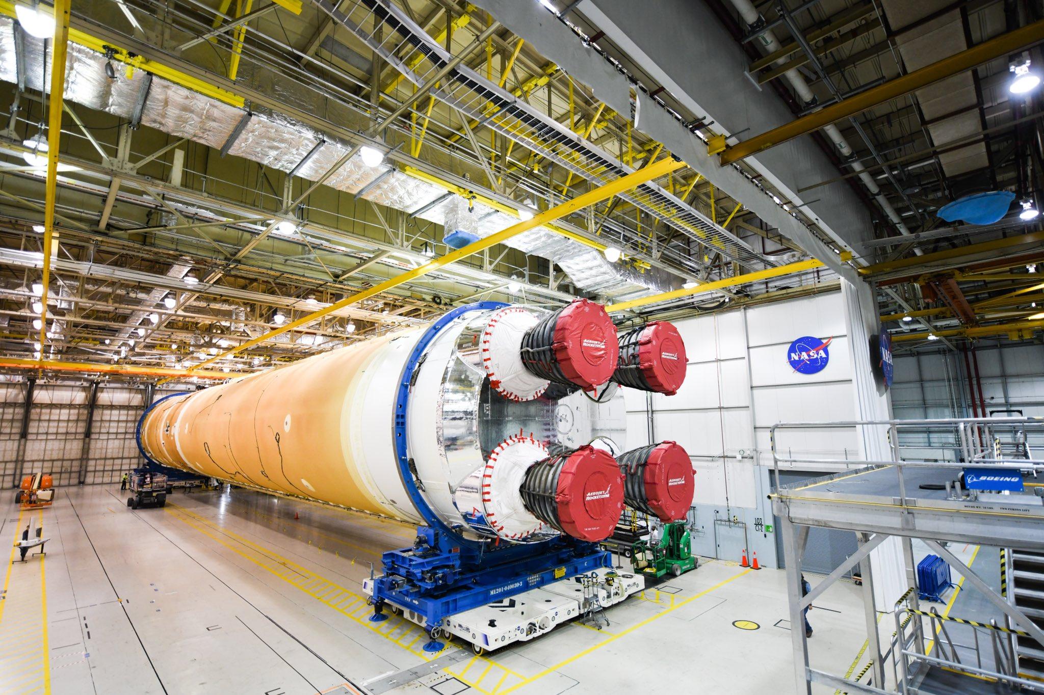 L'étape principale de 65 mètres (212 pieds) du nouveau mégarocket de la NASA, le système de lancement spatial, sort du bâtiment de l'Assemblée Michoud à la Nouvelle-Orléans, en Louisiane, le 1er janvier 2020 pour être transportée vers le Centre spatial Stennis à Bay St.Louis , Mississippi pour un test critique.