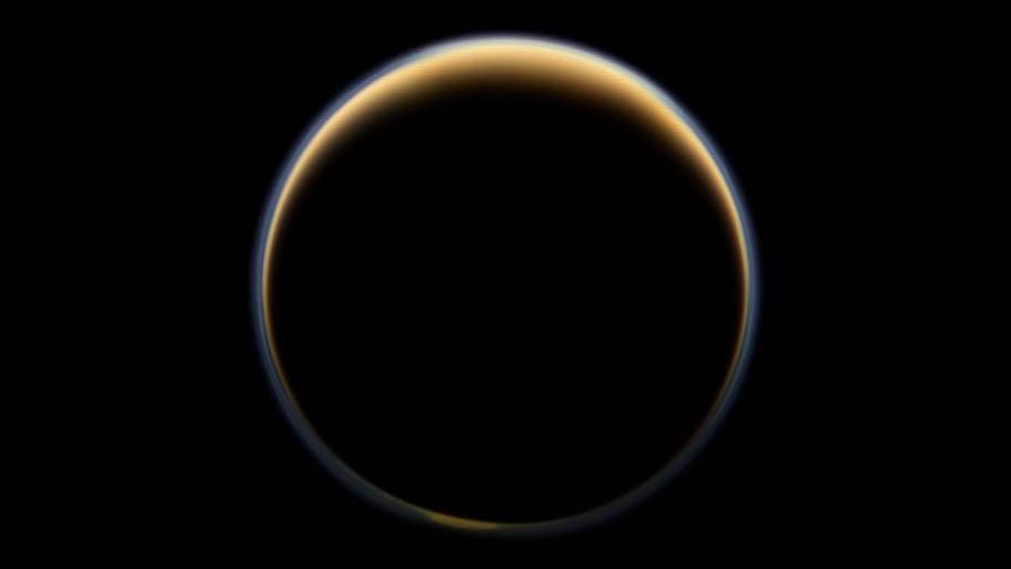 Le vaisseau spatial Cassini de la NASA regarde vers le côté nuit de la plus grande lune de Saturne et voit la lumière du soleil se disperser à travers la périphérie de l'atmosphère de Titan et former un anneau de couleur.