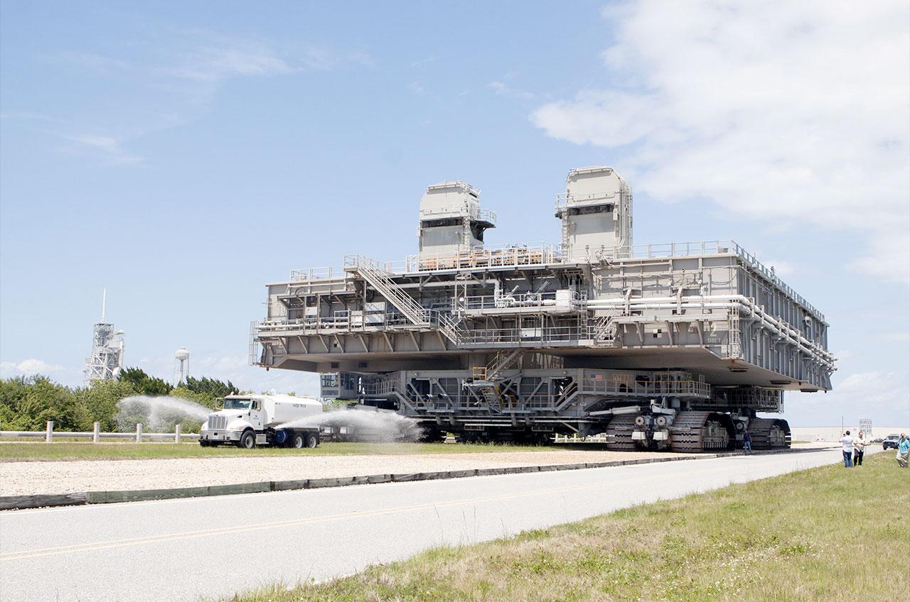 Mobile Launch Platform-2 (MLP-2) est vu être déplacé vers un site de parc dans la zone de Launch Complex 39 au Kennedy Space Center en Floride en mai 2014. Entre 1968 et 2011, MLP-2 a été impliqué dans le lancement de 51 Apollo et missions de navette.