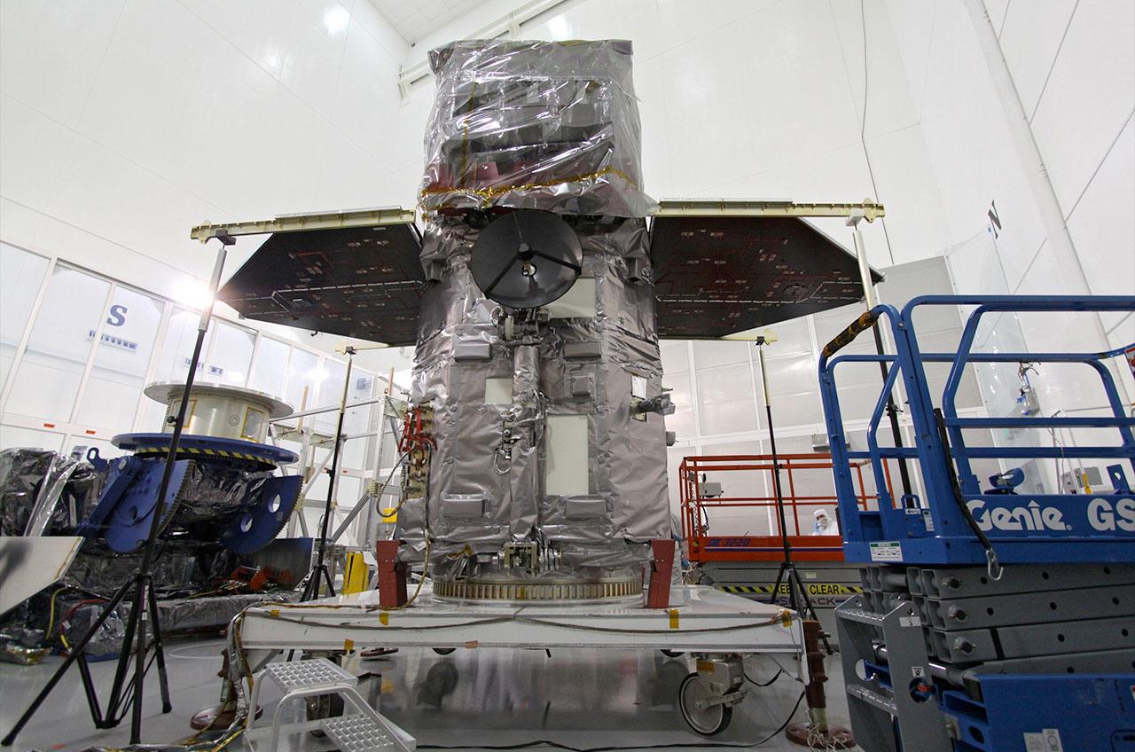 L'Observatoire de la dynamique solaire (SDO) de la NASA, avec ses panneaux solaires déployés, est testé avant son lancement en orbite en février 2010.
