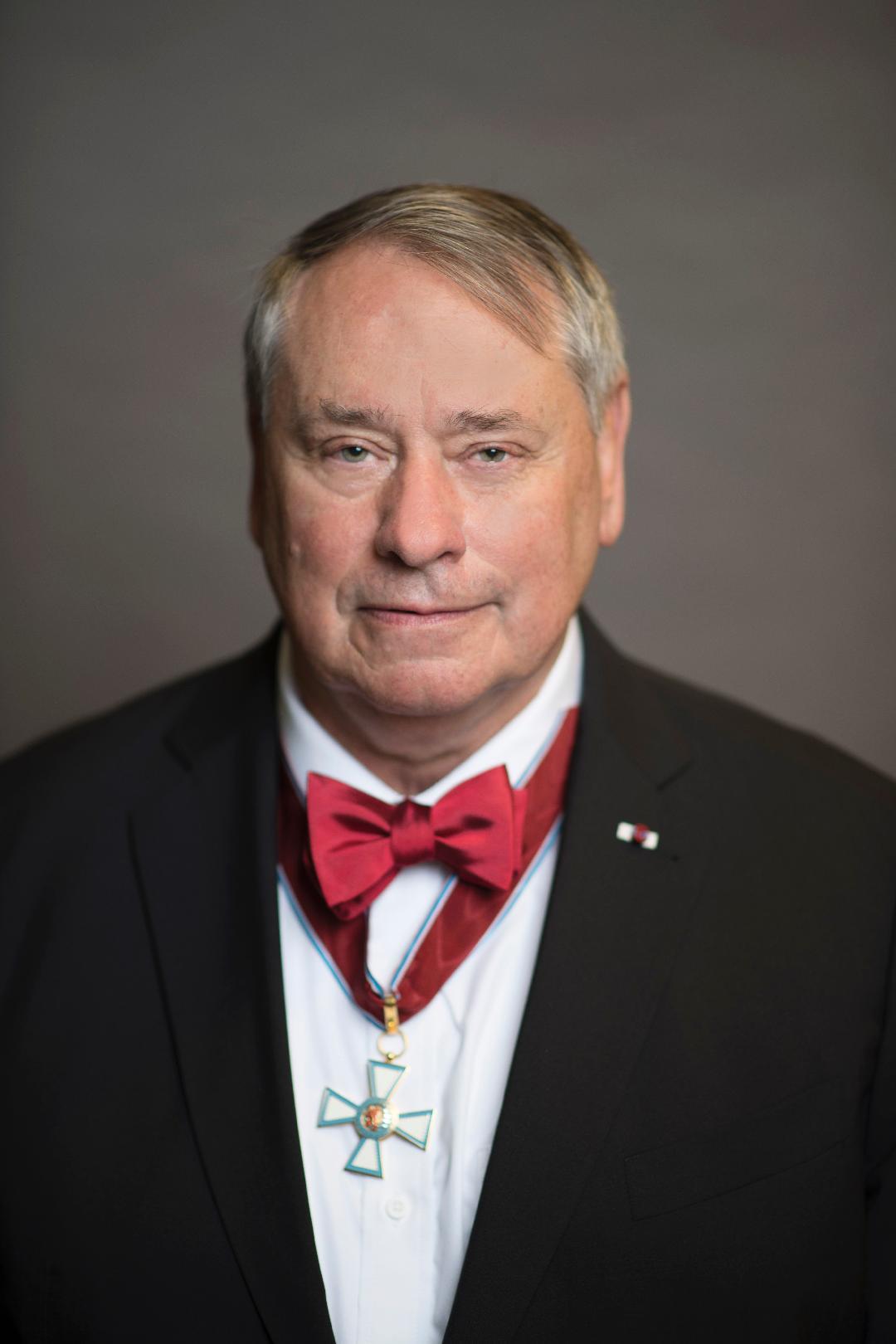 S. Pete Worden, directeur exécutif de Breakthrough Initiatives, avec chevalier-commandant de la Légion luxembourgeoise du mérite.