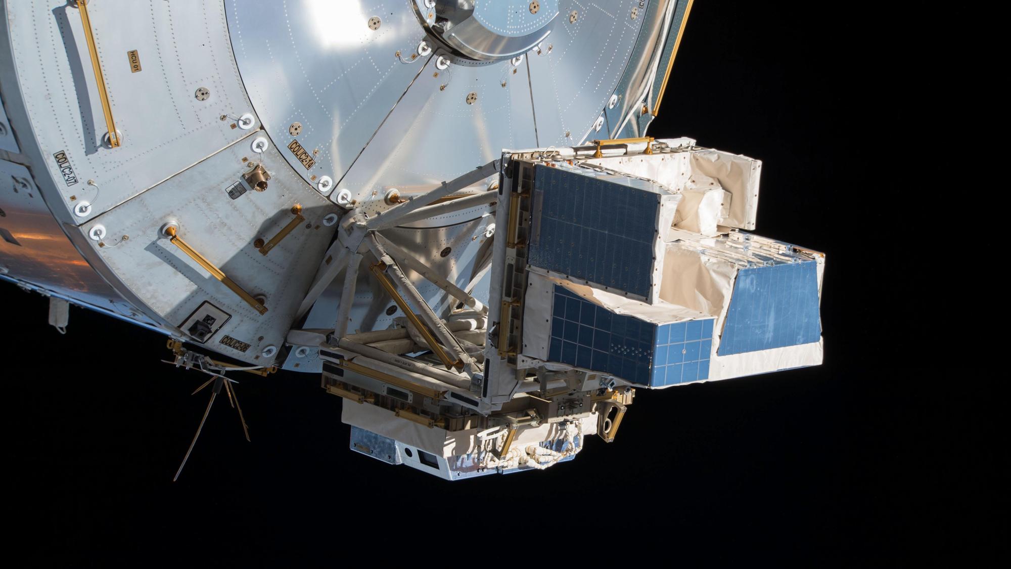 Le moniteur des interactions atmosphère-espace (ASIM) est représenté à l'extérieur du module de laboratoire européen Columbus sur la Station spatiale internationale.